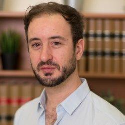 Le professeur Pierre-Luc Déziel, co-responsable de l'axe droit, cyberjustice et cybersécurité